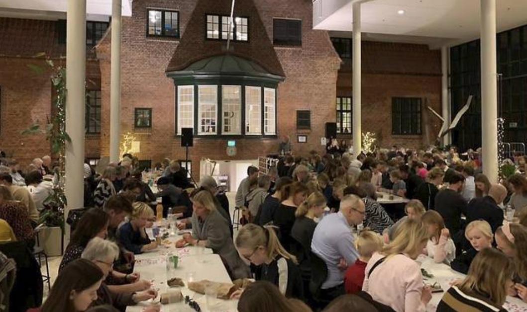 Omkring 500 elever og forældre mødtes over bankoaftenen og fine sponsorpræmier på Allerød Privatskole. Privatfoto