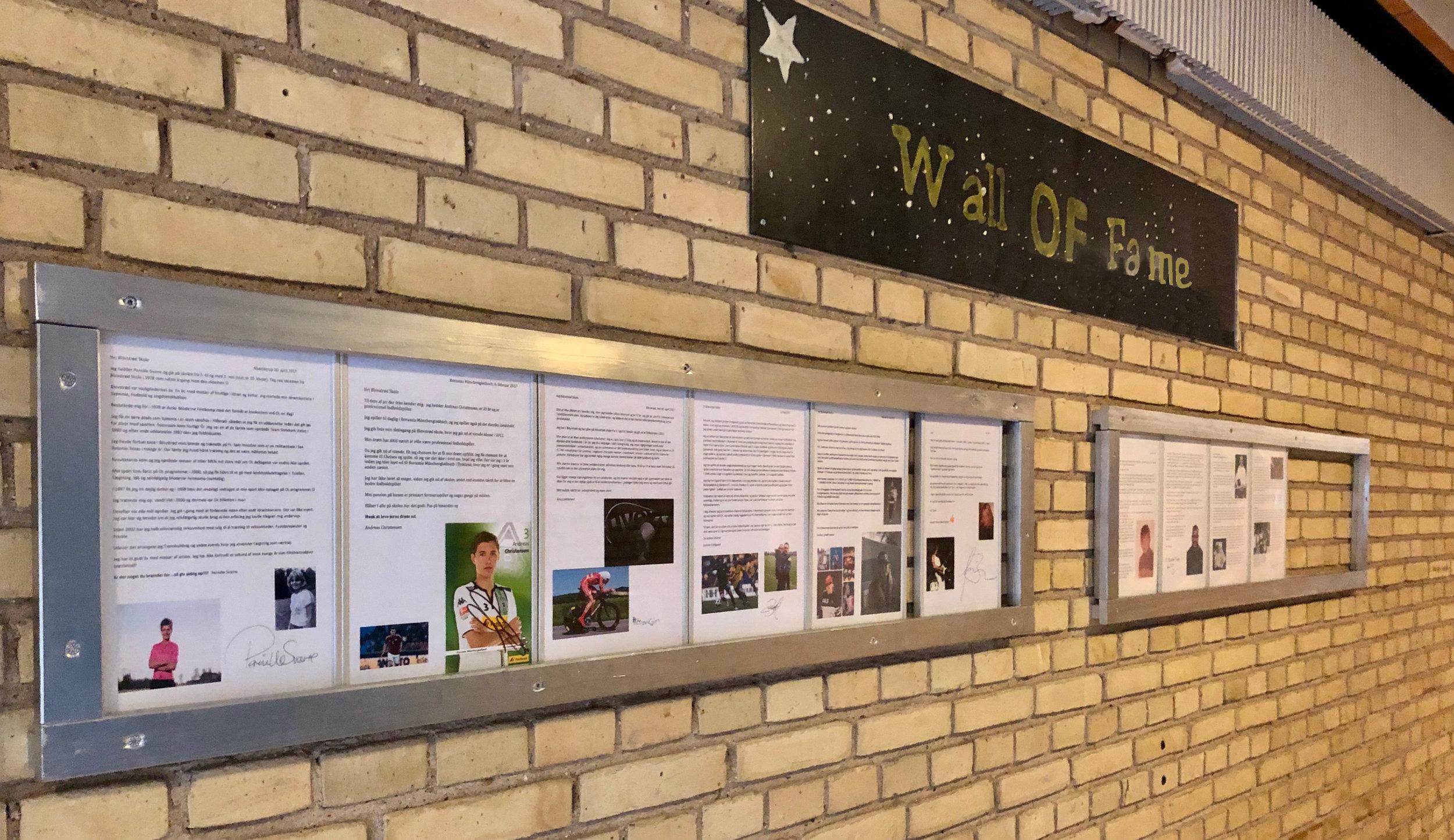 """""""Wall Of Fame"""" - væggen med berømtheder - ophængt i gangen på Blovstrød Skole. Her er foreløbig otte personer, men der mangler stadig mindst fire vigtige personer - de vil løbende blive markeret. Foto: AOB"""