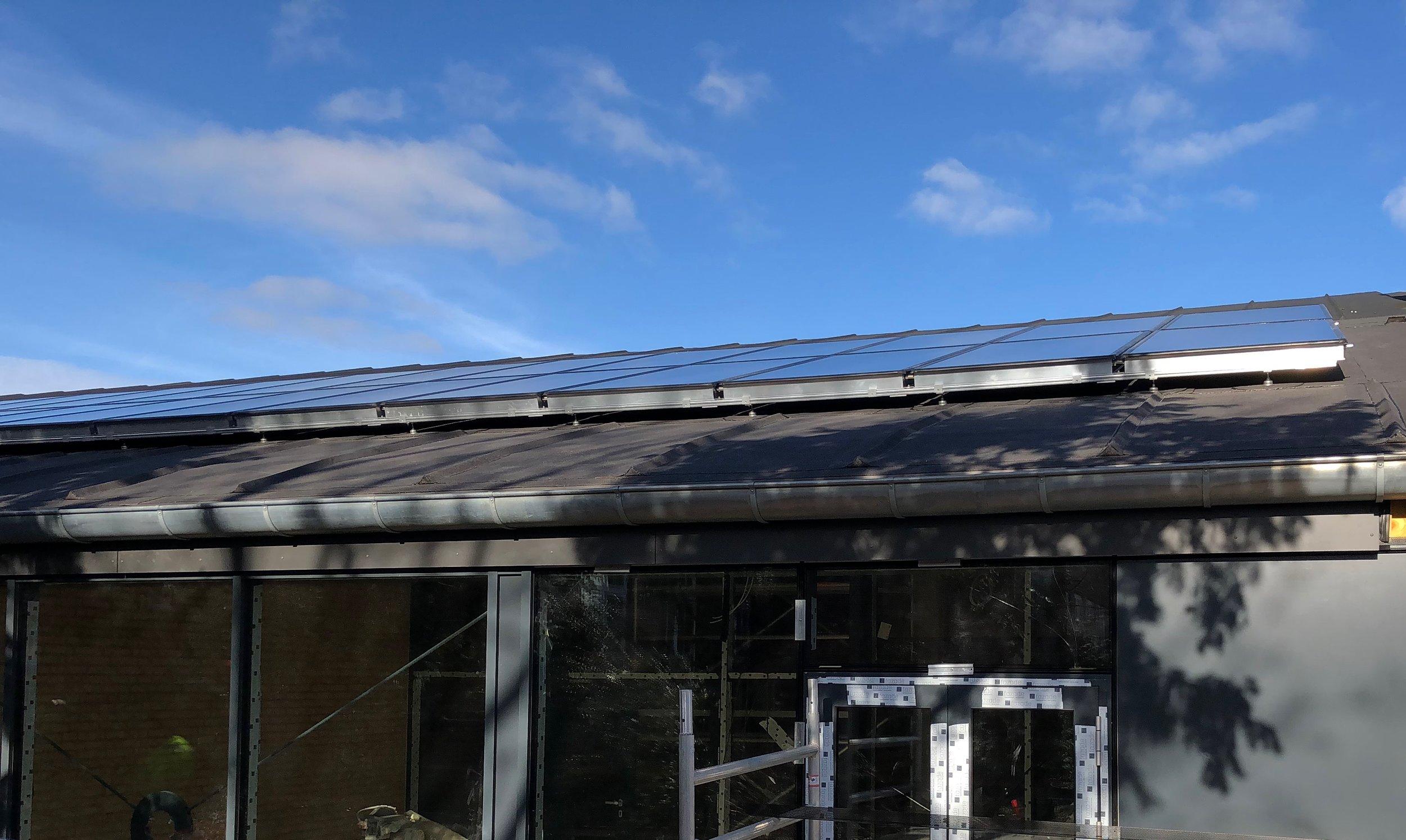 Taget på tilbygningen, som vender direkte mod syd, er udført med solceller. Foto: AOB