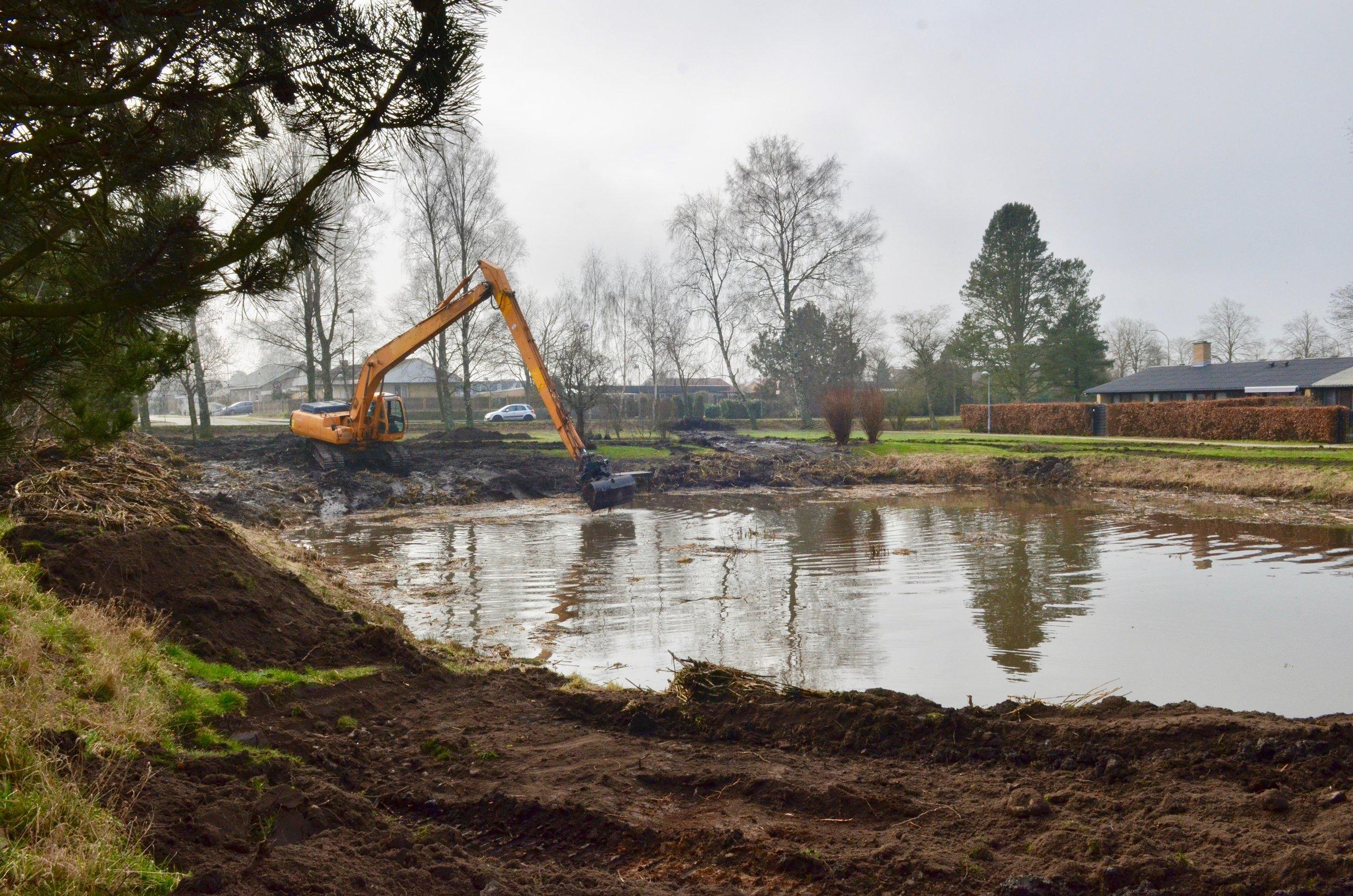 Flere har spurgt, hvad det er der sker ved søen ved Sjælsøparken, hvor en kæmpe gravemaskine er i gang omkring søen. Foto: AOB