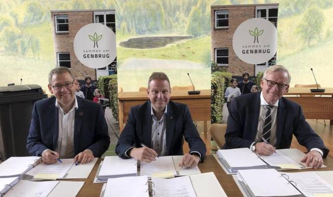 Tre borgmestre har underskrevet tre enslydende kontrakter på fælles affaldsindsamling. Pressefoto