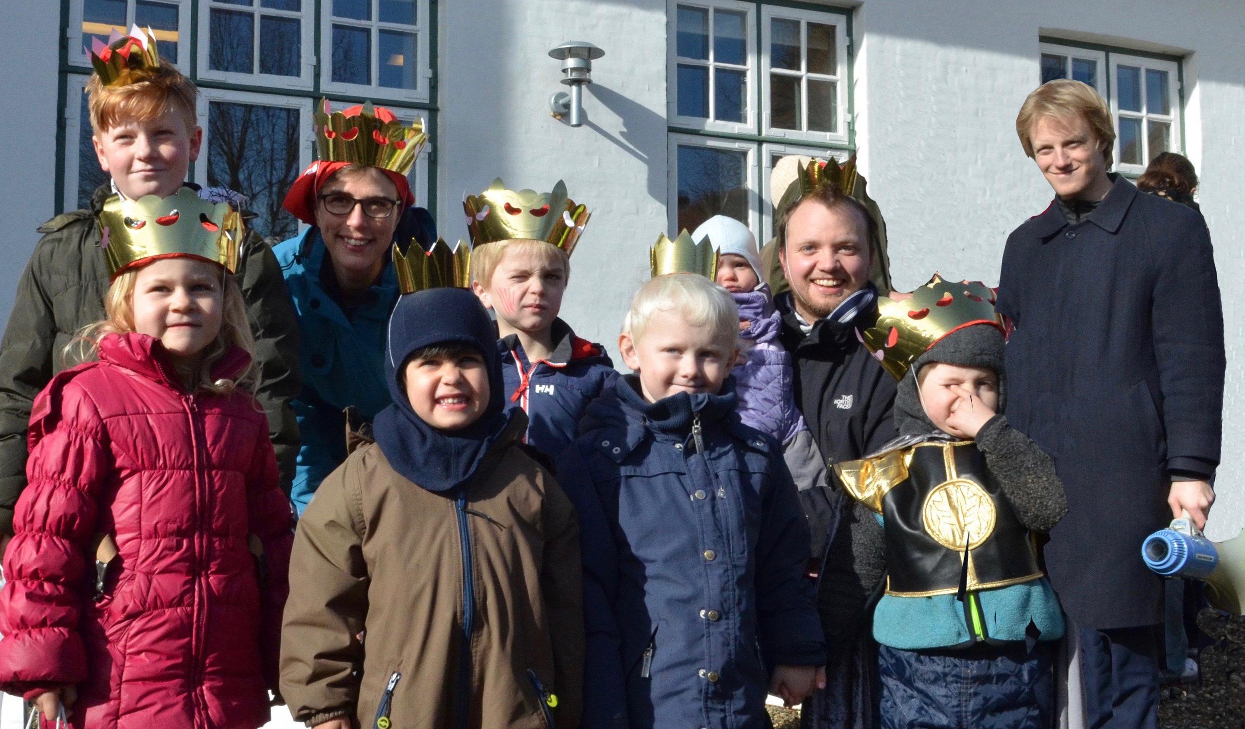 Her er alle de fire kattekonger og fire kattedronninger ved siden af sognepræst Ole Lyngvåg. Foto: AOB