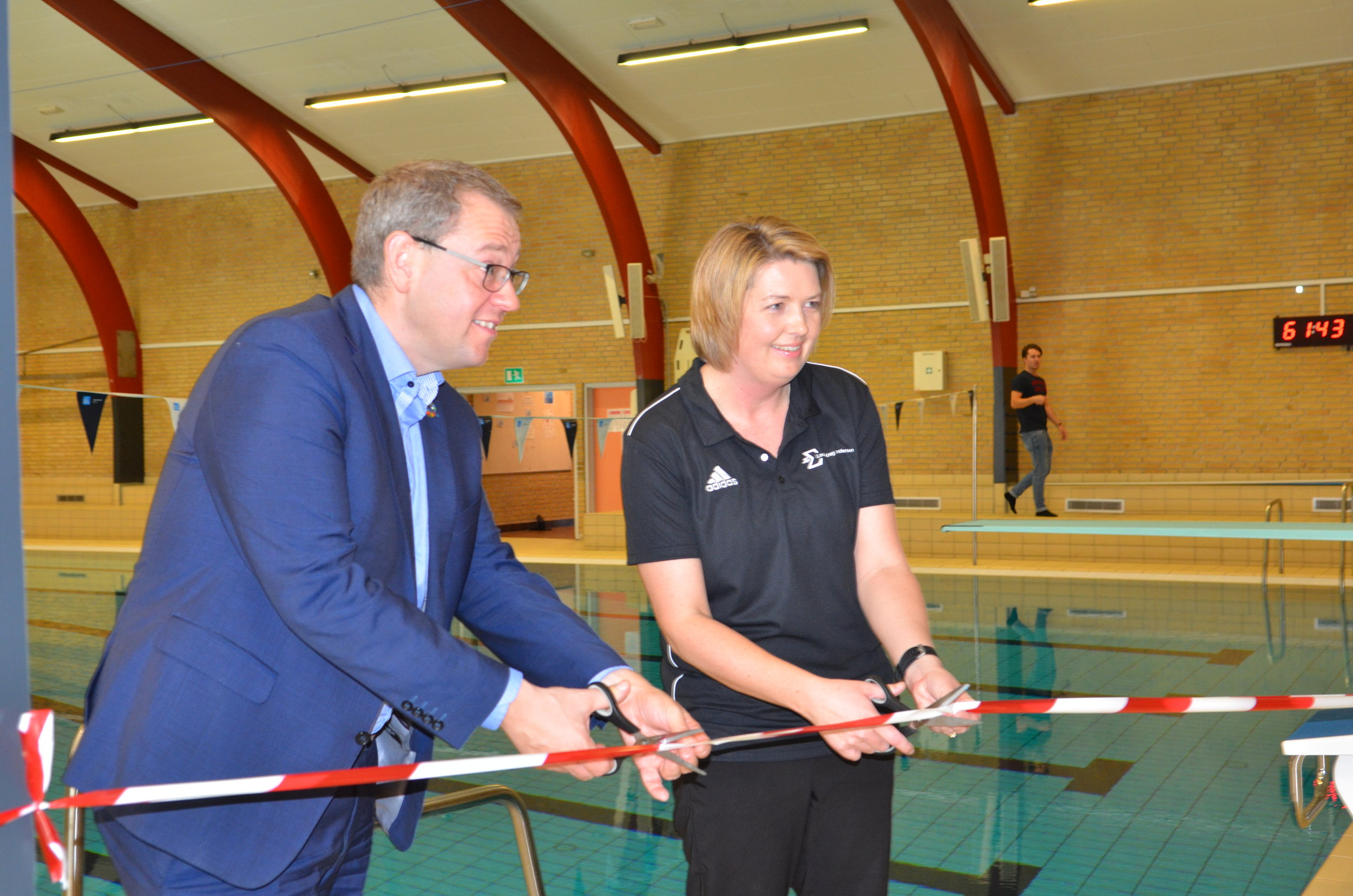 Borgmester, Karsten Längerich, og formanden for Sigma Swim i Allerød, Louise Krag Andersen klippede i fællesskab snoren over ved den nye drylan-udvidelse. Foto: AOB