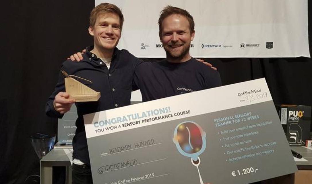 Benjamin Hunne (til venstre) vandt guldmedalje i DM-konkurrencen i kaffesmagning. Privatfoto