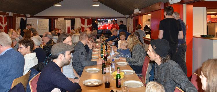 Alle pladser var besat, da der blev serveret chili con carne til de godt 100 fremmødte ved sidste fællesspisning. Foto: AOB