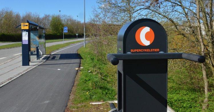 Af de otte supercykelstier der i dag findes i Region Hovedstaden, løber én af dem gennem Blovstrød. Her er 'service-stationen' ved Sortemosevej ud for NIRAS. Foto: AOB