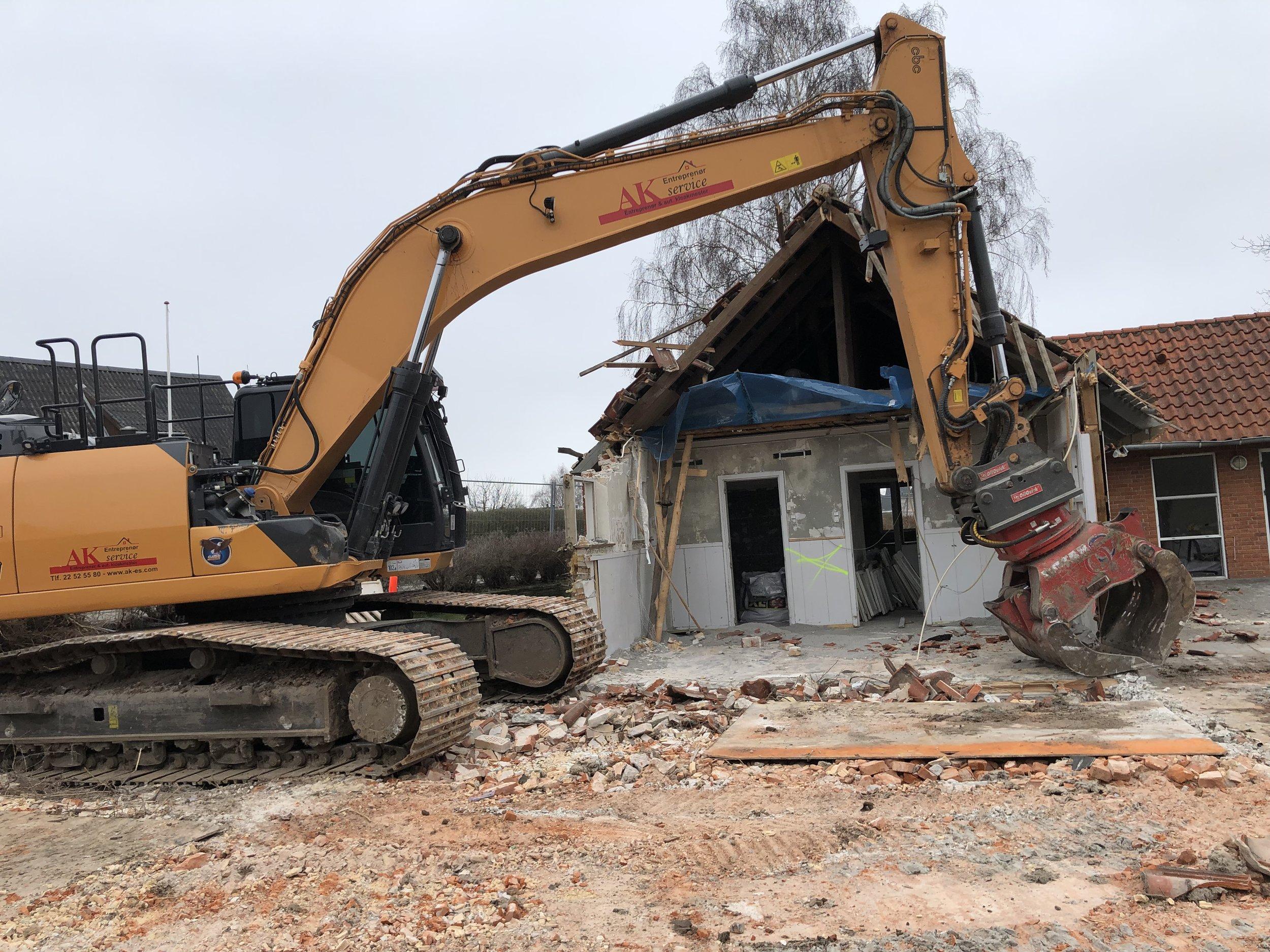 Nu er maskinerne godt i gang med at gnave sig gennem de gamle, nedslidte bygninger, som ikke mere kunne leve op til den standard, som kræves til en moderne børneinstitution. Foto: AOB