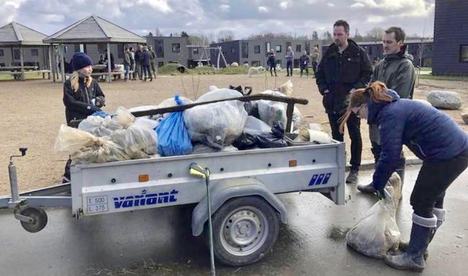 Efter to timers indsamling af affald blev det til en trailer fyldt med affaldssække, som blev kørt på genbrugsstationen. Privatfoto