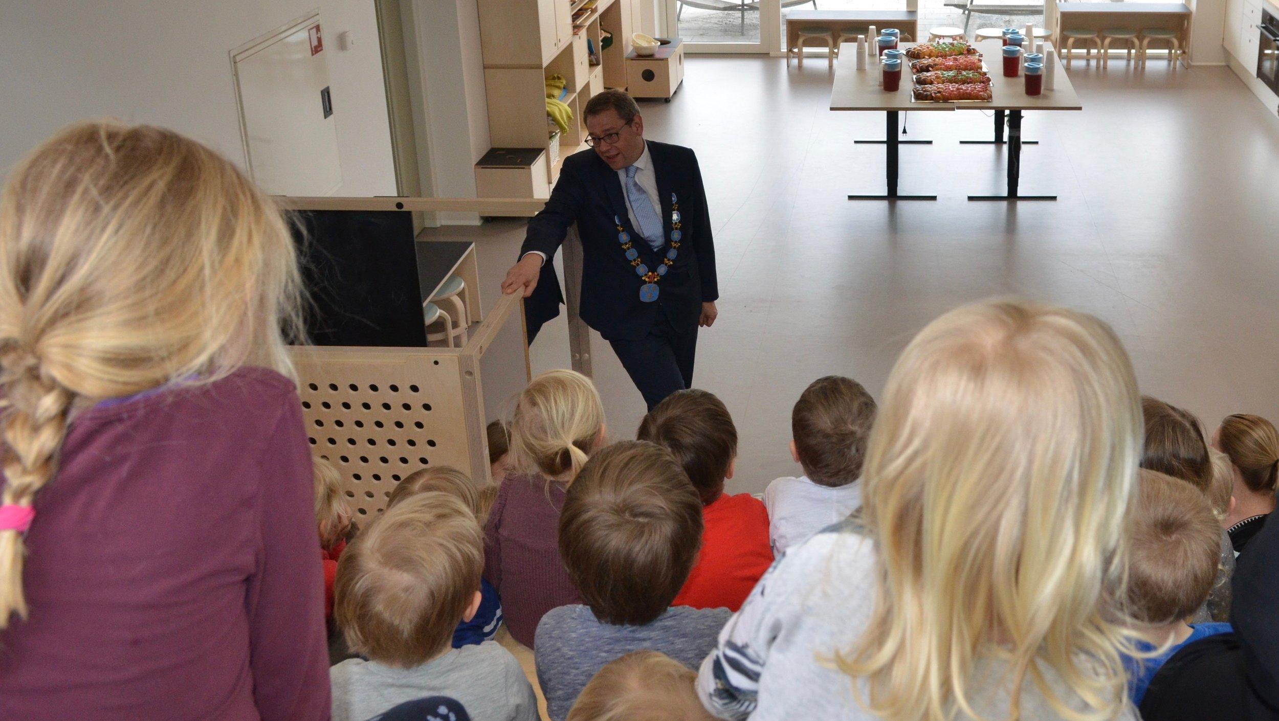 Borgmester, Karsten Längerich, holdt en lille tale for børnene, og til sidst råbte de alle i kor: HURRAAAAAAAAAA, for deres nye, dejlige børnehus. Foto: AOB