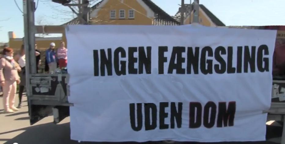 Udlændingecenter Ellebæk ligger i forbindelse med Sandholmlejren og er en lukket institution omgivet af hegn og pigtråd.