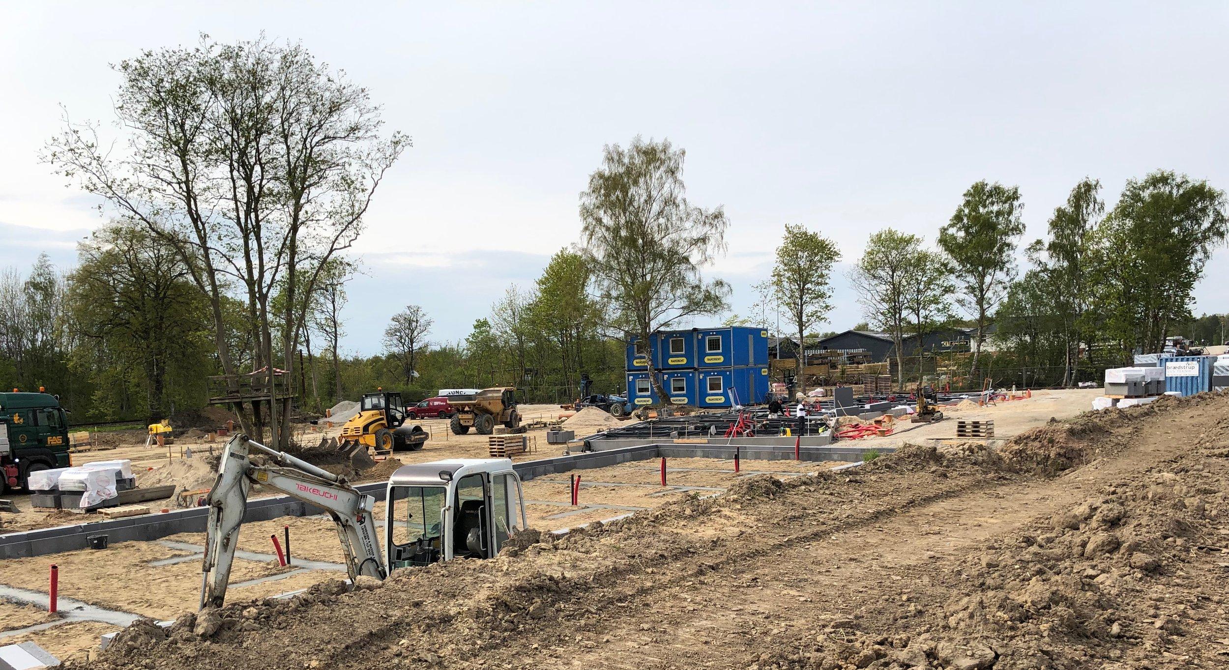 Lige syd for XL-byg og bag jordvolde er de første fundamenter for de kommende 40 boliger ved at blive støbt. Foto: AOB