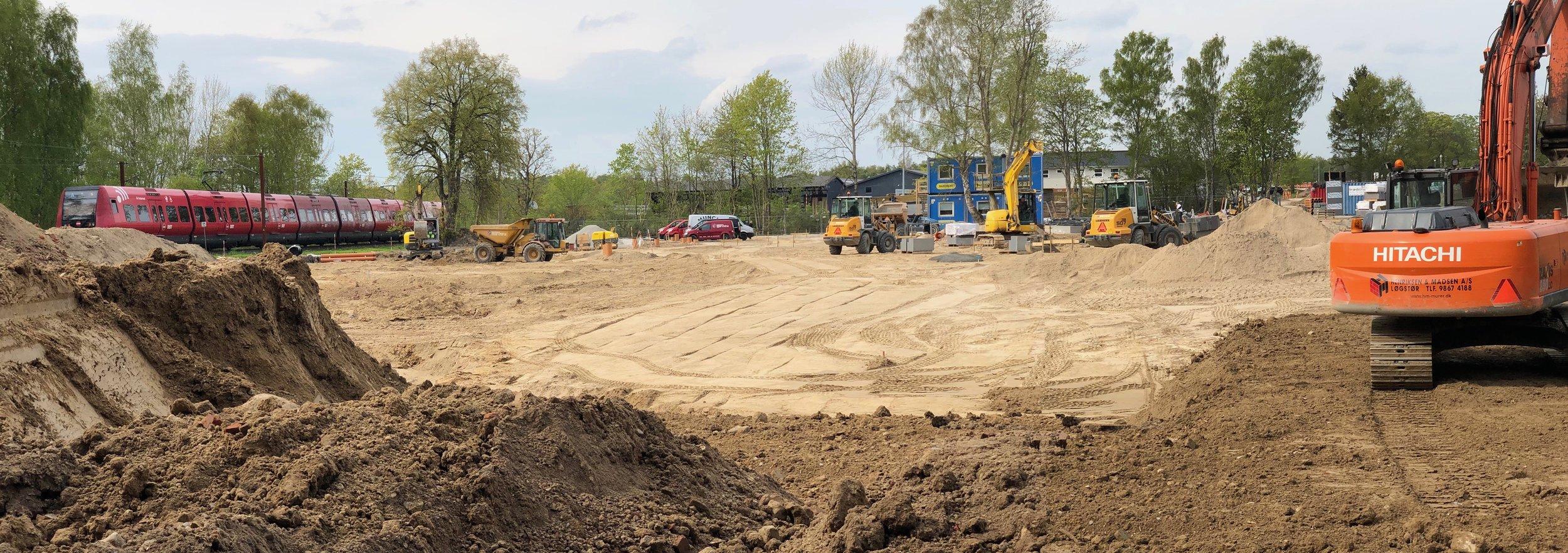 Den store byggeplads er omkranset af store midlertidige jordvolde, så der er faktisk kun fra S-banen, at man kan opleve aktiviteten på pladsen. Foto: AOB