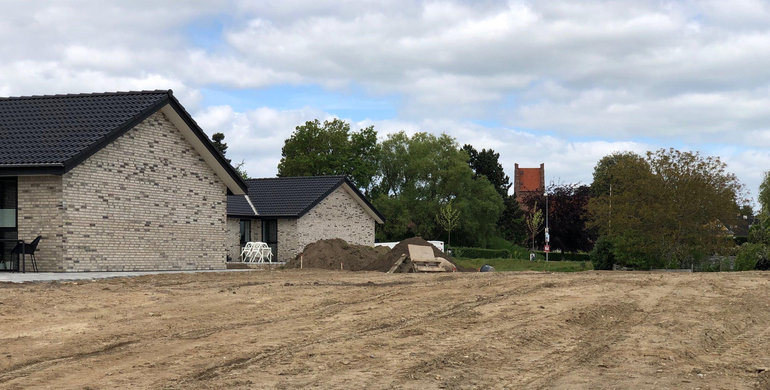 Efter at overskudsjorden er blevet fjernet, har man nu et fint kig til kirken fra den kommende kirkesti. Foto: AOB