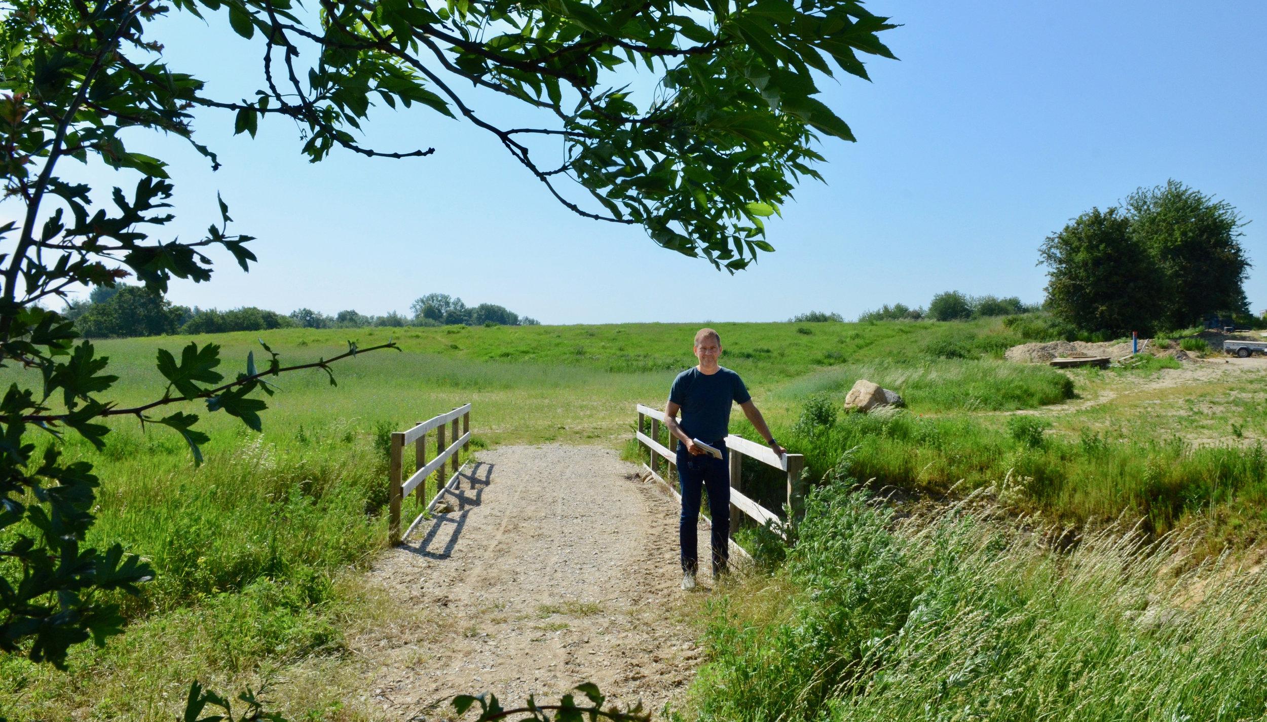 Allerød Kommunes planchef, Per Jul Hansen, har vist rundt på de nye grønne områder mellem de enkelte bebyggelser ved Drabæk Huse, Frugtlunden og Grønningen .  Foto: AOB