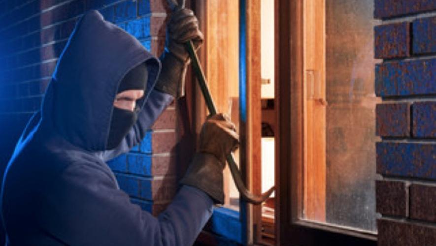 Der er brudt et vindue op til et børneværelse. Temafoto