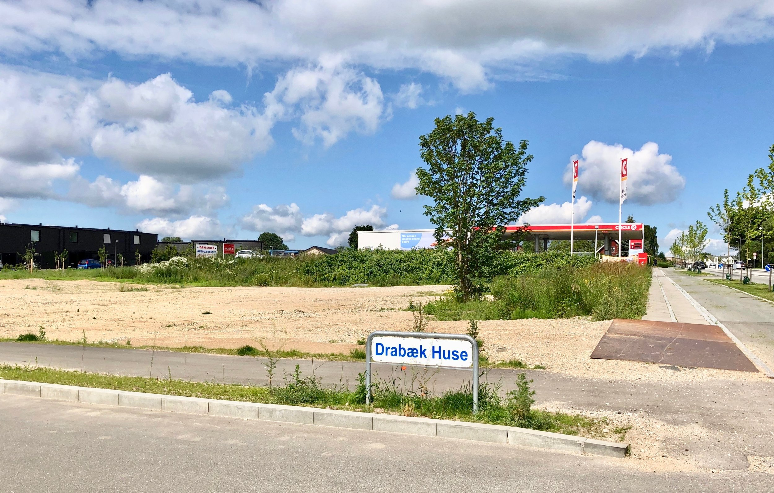 Grundarealet mellem indkørslen til Drabæk Huse og Circle K ligger goldt og ødet hen. Foto: AOB