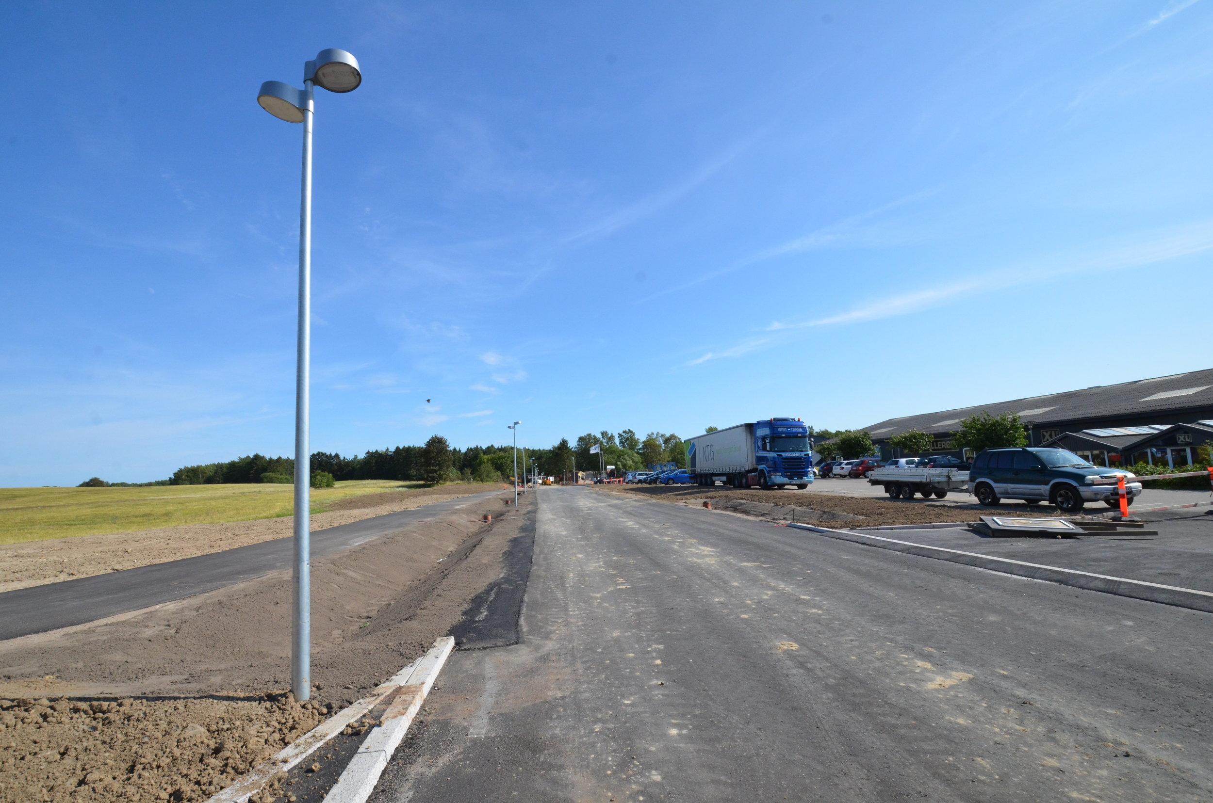 Kantsten, vejbelysning og det første lag asfalt er nu udført ved den nye 'Teglværk Allé. Foto: AOB