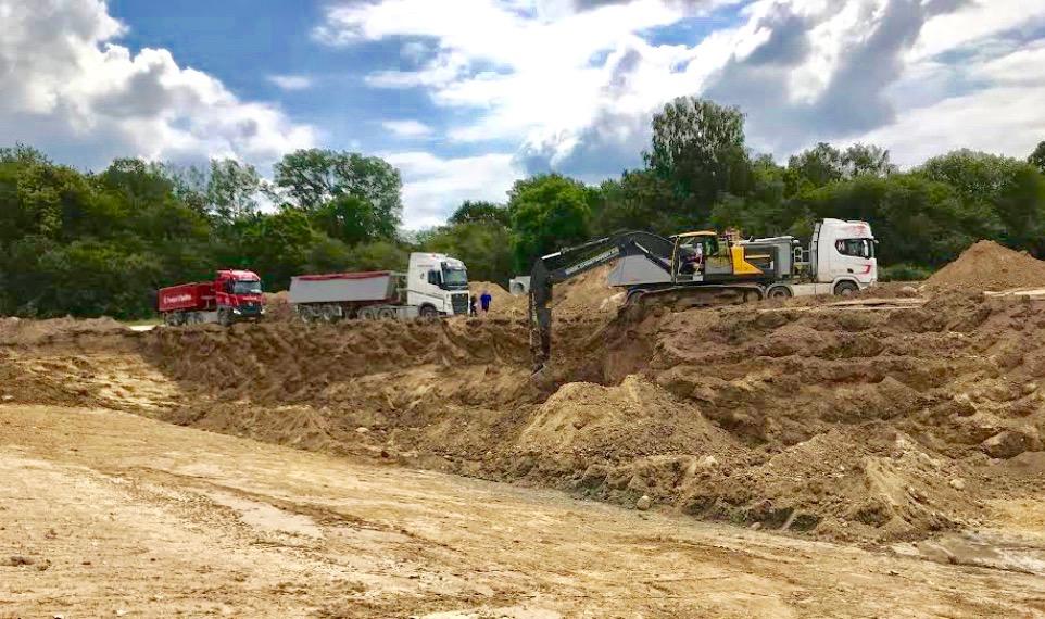 I øjeblikket graves der et kæmpe krater, som fremover skal opsamle regnvandet, og pt.   kører seks lastbiler i rutefart i 14 dage fra Høvelte øvelsesområde nord for kasernen - tæt på Drabæk Huse. Foto: Niels Kirkegaard