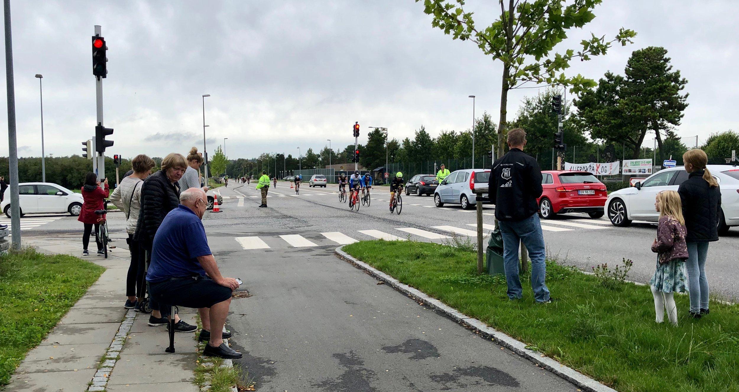 Ironman-rytterne kom nordfra fra Kirkeltevej og fortsatte ad Kongevejen syd på mod København. Helt fra tidlig på dagen var der trafikregulering bl.a. ved Sortemosevej-T-krydset. Foto: AOB