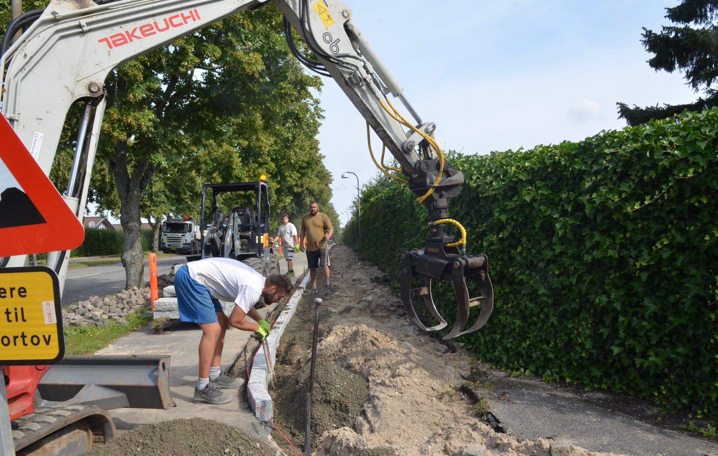 Først sættes der nye granitkantsten i jordfugtig beton mellem den nyrenoverede cykelsti og det nye fortov. Foto: AOB