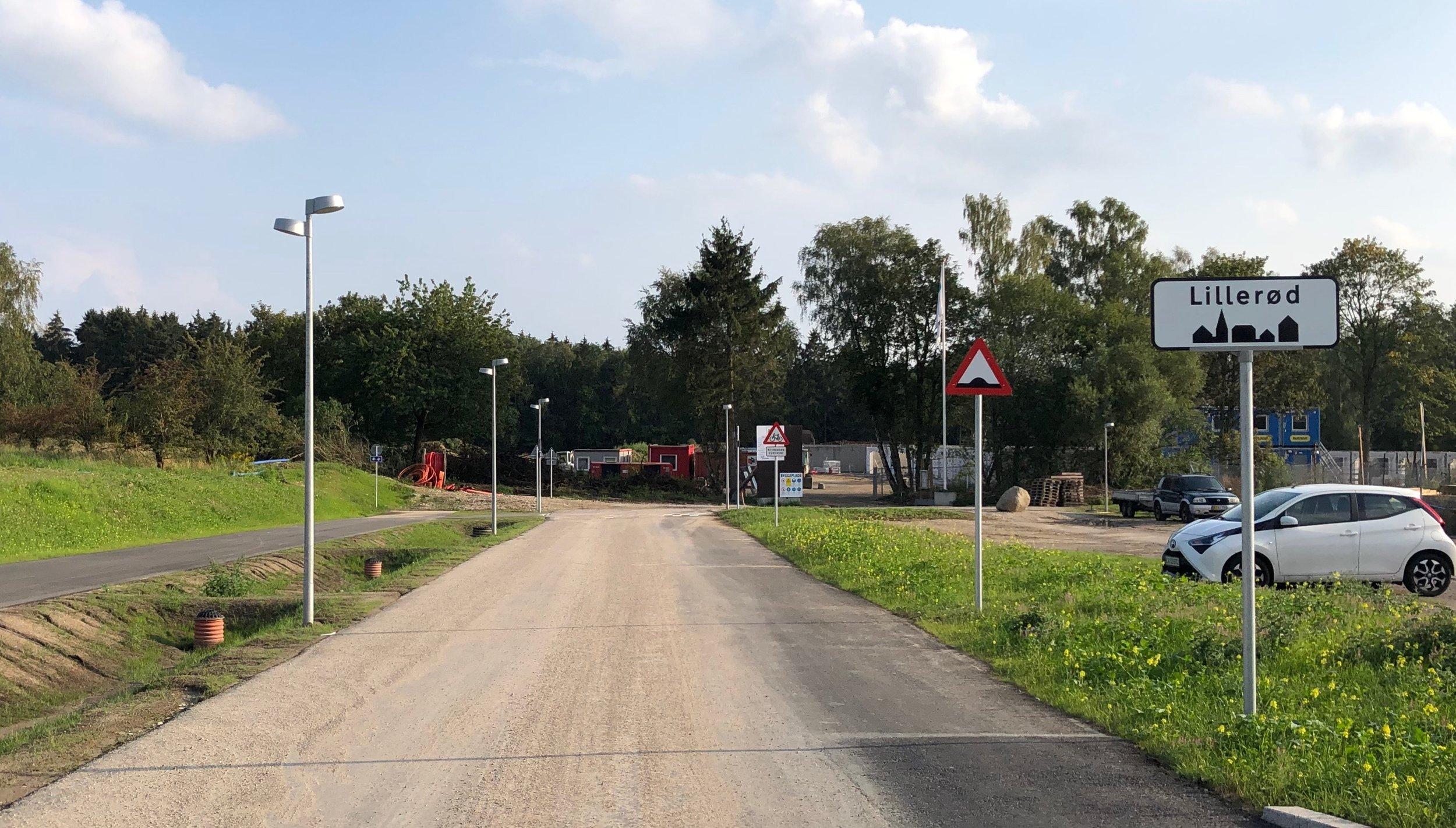 Det nye byskilt til teglskovsbyggeriet fortæller, at disse huse ikke ligger i Blovstrød men i Lillerød. Foto: AOB