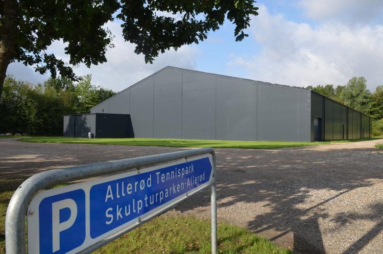 Den nye tennishal er på ca. 2000 kvadratmeter og har tre baner. Alle medlemmer håber nu, at den bliver helt klar til den 1. oktober. Foto.: AOB