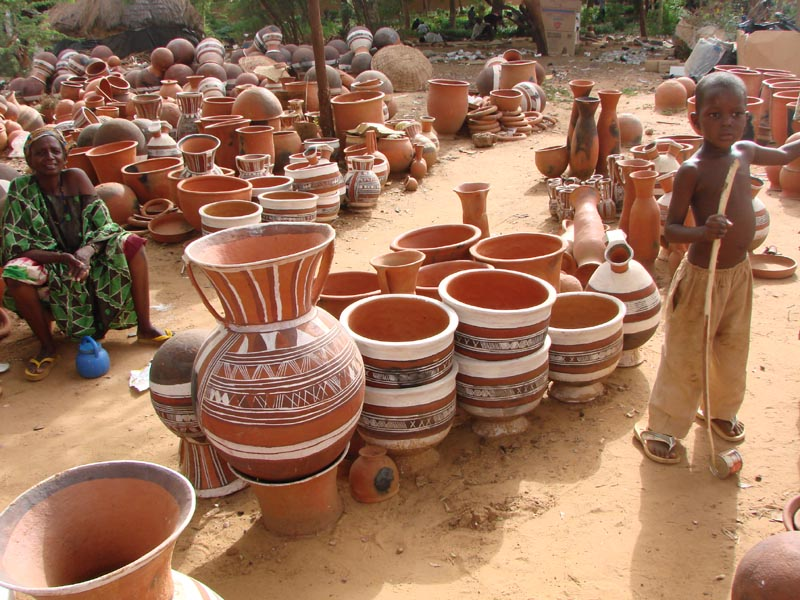 Utilitarian water pots and grain containers in Niamey, Niger. Image via http://afrikades.over-blog.com/