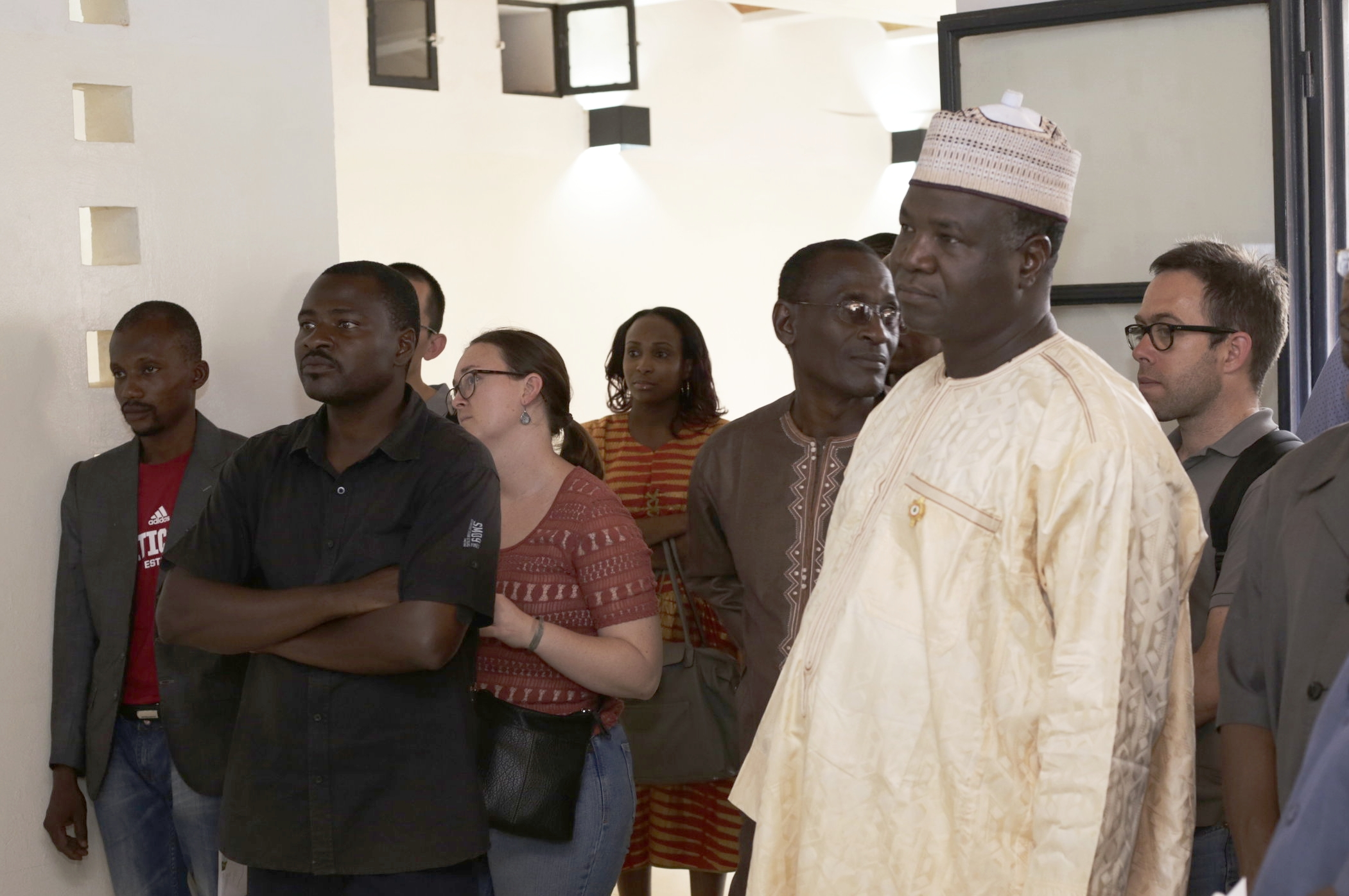The lead engineer (in beige) on the Niamey 2000 project during one of our open houses for project. Image by Torsten Seidel.
