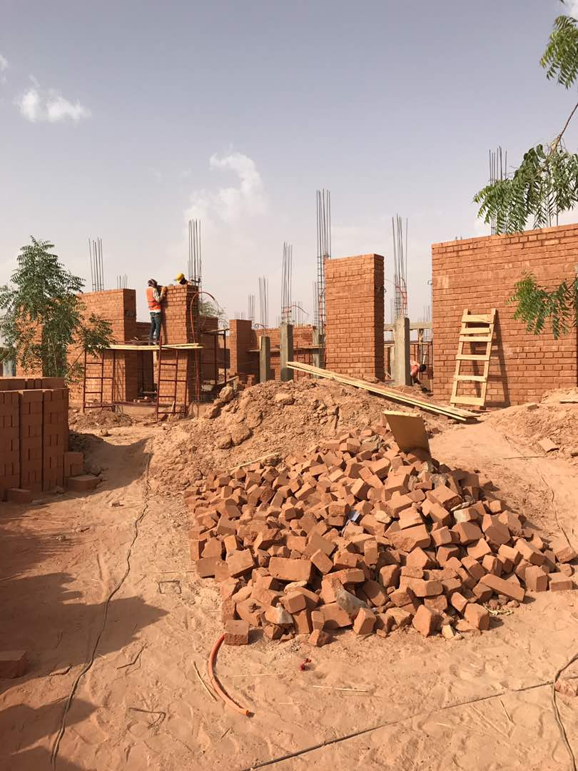 Niamey 2000 masonry team working on new  Hikma project.Image by Aboubacar Salou Alpha ©atelier masomi
