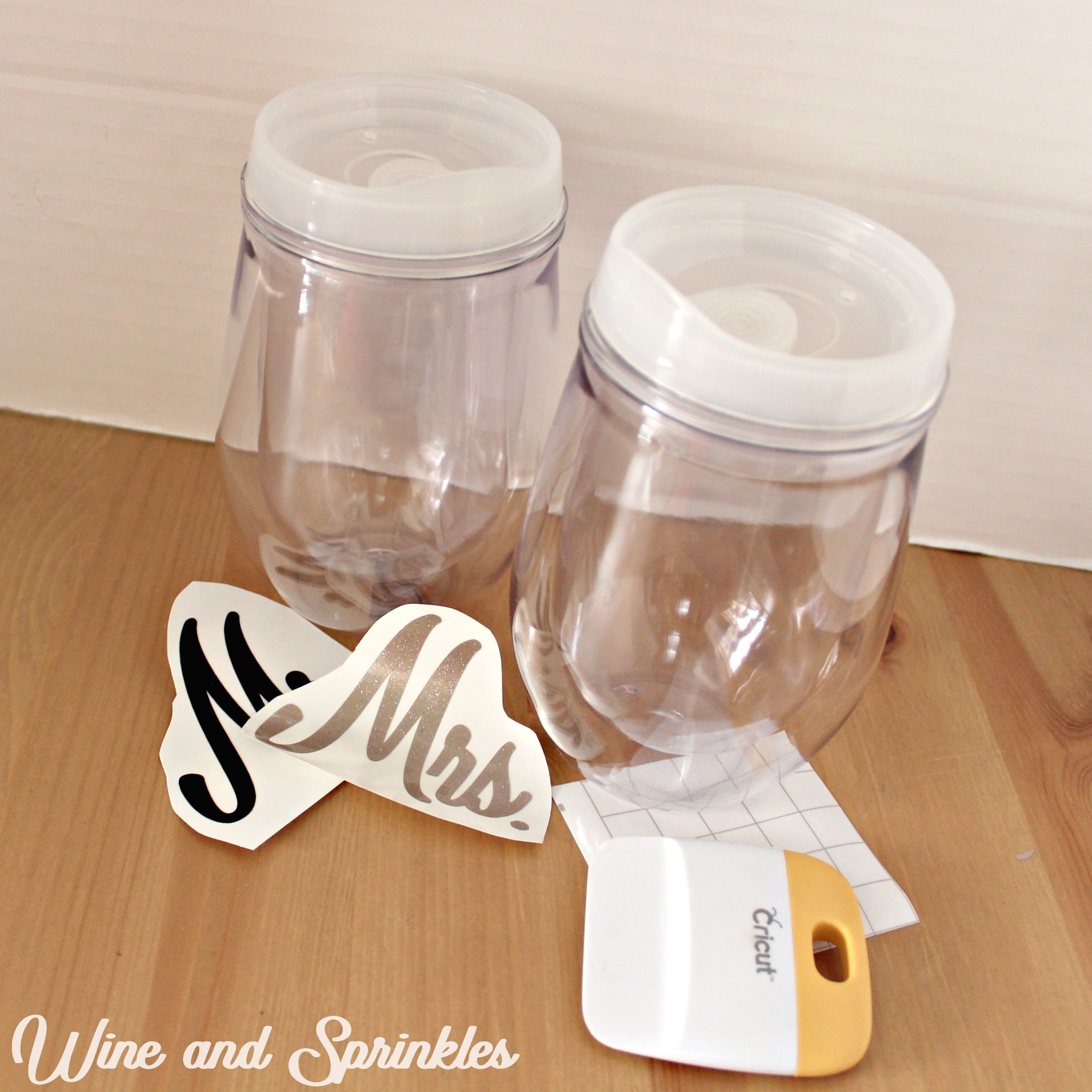 Do It Yourself Vinyl Mr and Mrs Stemless wine tumblers #svgfiles #cricutprojects #beachbride