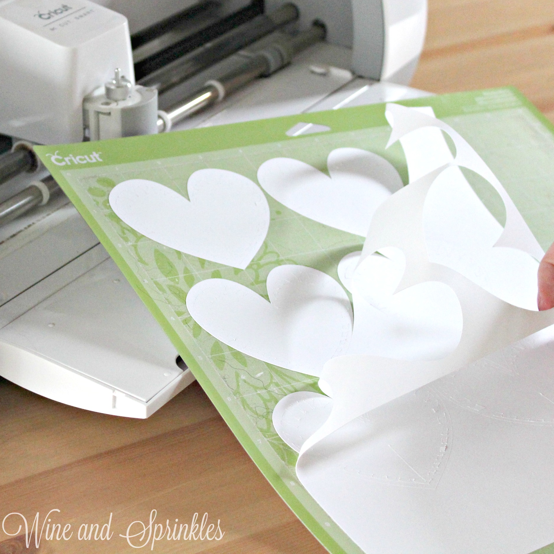 DIY Heart Wine Glass Placecards #svgfiles #cricutprojects #placecards