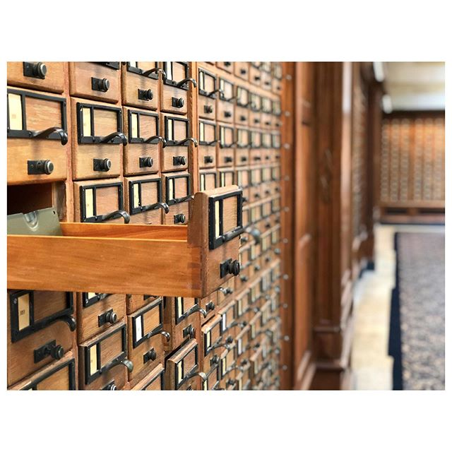 Good news: Sterling Library at Yale has a giant, gorgeous card catalog. Horrible news: there are no cards in it!! How do you find the books?? 😉 If I were an undergrad there, I'd hide a letter to my crush in a drawer and text them a clue about where to find it. What else could you do with a public, empty card catalog? #yale #yaleuniversity #sterling #library #libraries #cardcatalog #loveletter #gotigers