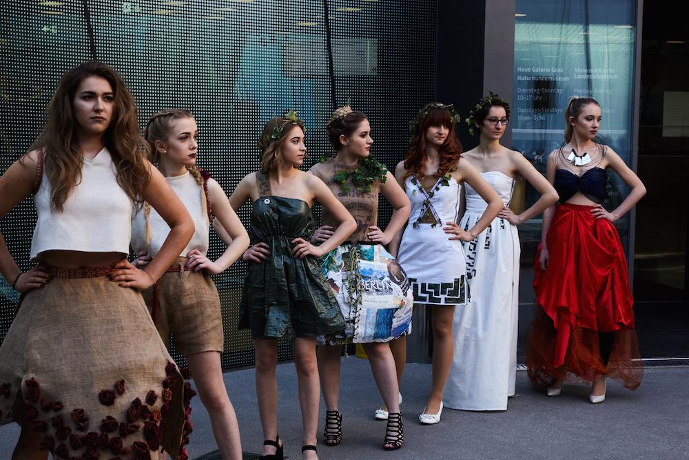 Kreationen von SchülerInnen der Modeschule Graz.