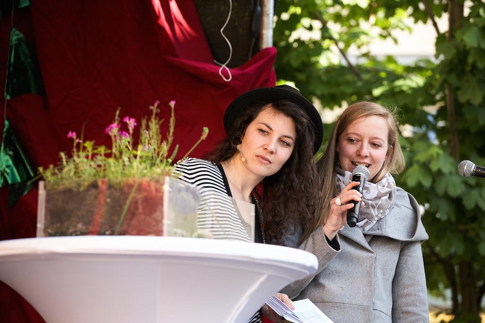 Bühnenmoderatorin Stephanie Cox im Gespräch mit Gundula Dyk von der Firma Optigrün.