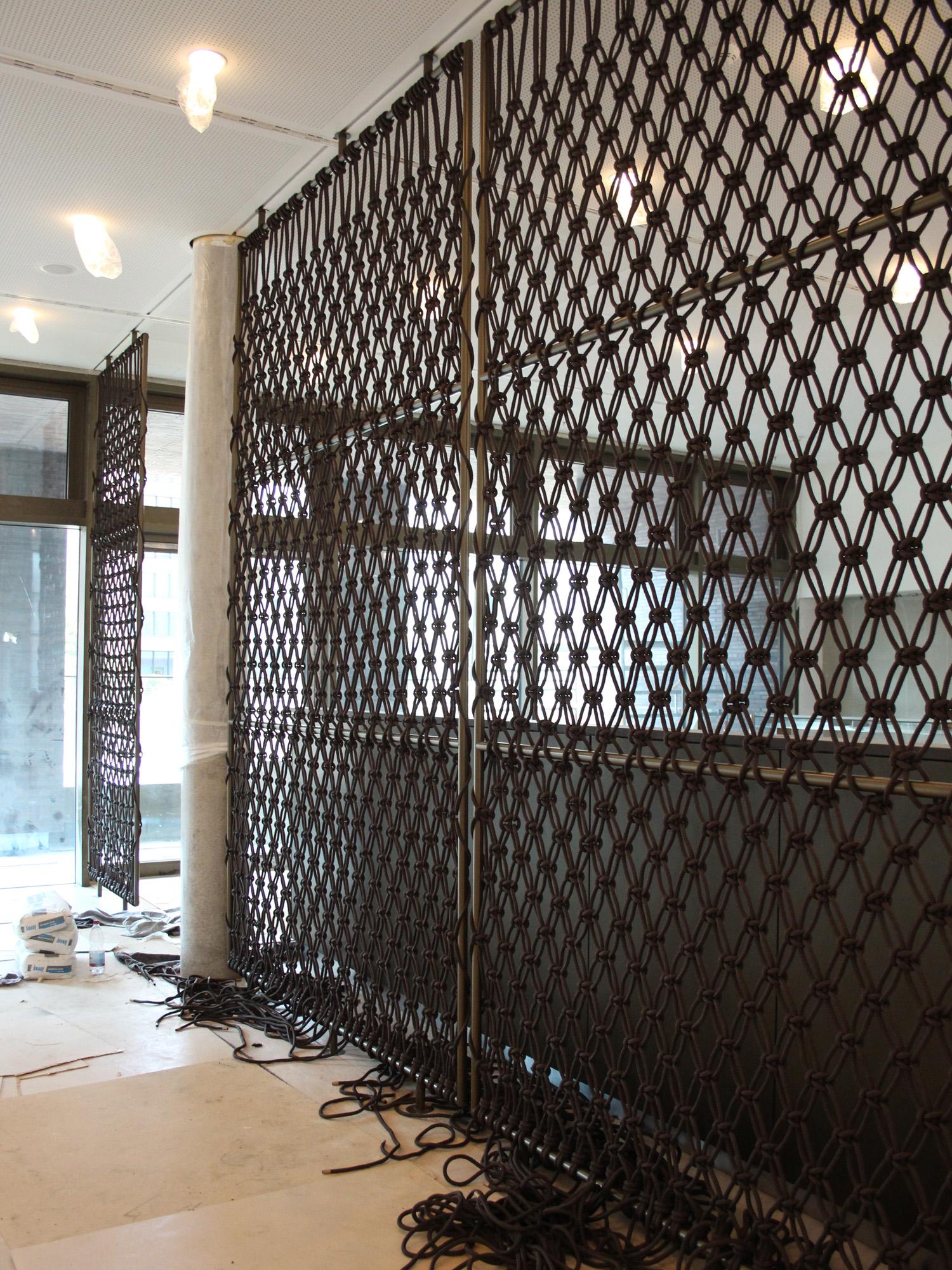 Aufbauarbeiten Makramee Sichtschutz im Mitarbeiterrestaurant Marquard & Bahls, Hamburg  Installation makrame room divider for Marquard & Bahls, Hamburg