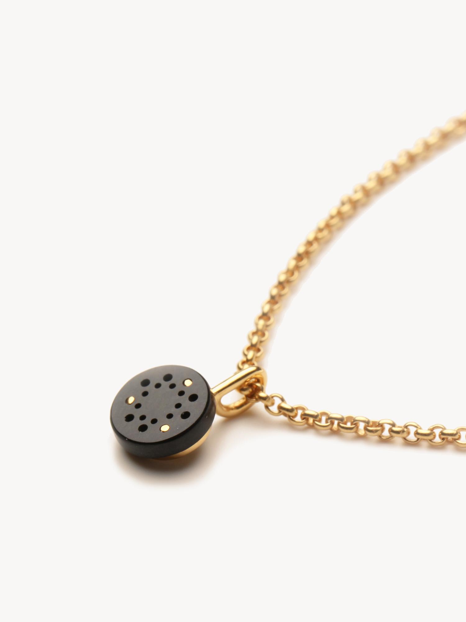 Lochwerk-Anhänger Petit in 585 Gelbgold und synthetischem Onyx  Lochwerk-pendant Petit in 14kt gold and synthetic onyx