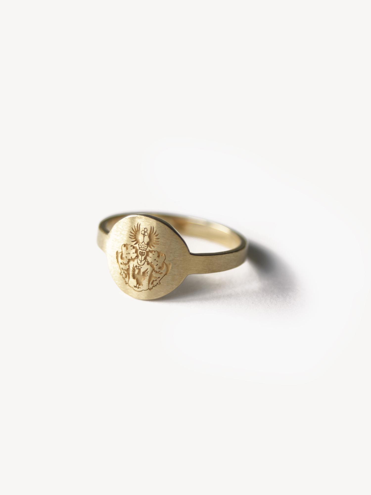 Siegelring Anda mit Wappengravur in rund, mittlere Größe in 585 Gold  Signet ring Anda with engraved emblem in round, medium variation in 14kt gold