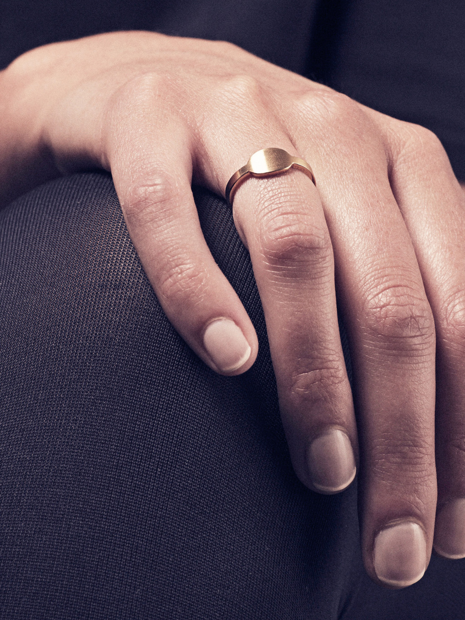 Siegelring Anda, queroval klein in vergoldetem Silber  Signet ring Anda, horizontal oval small in goldplated silver