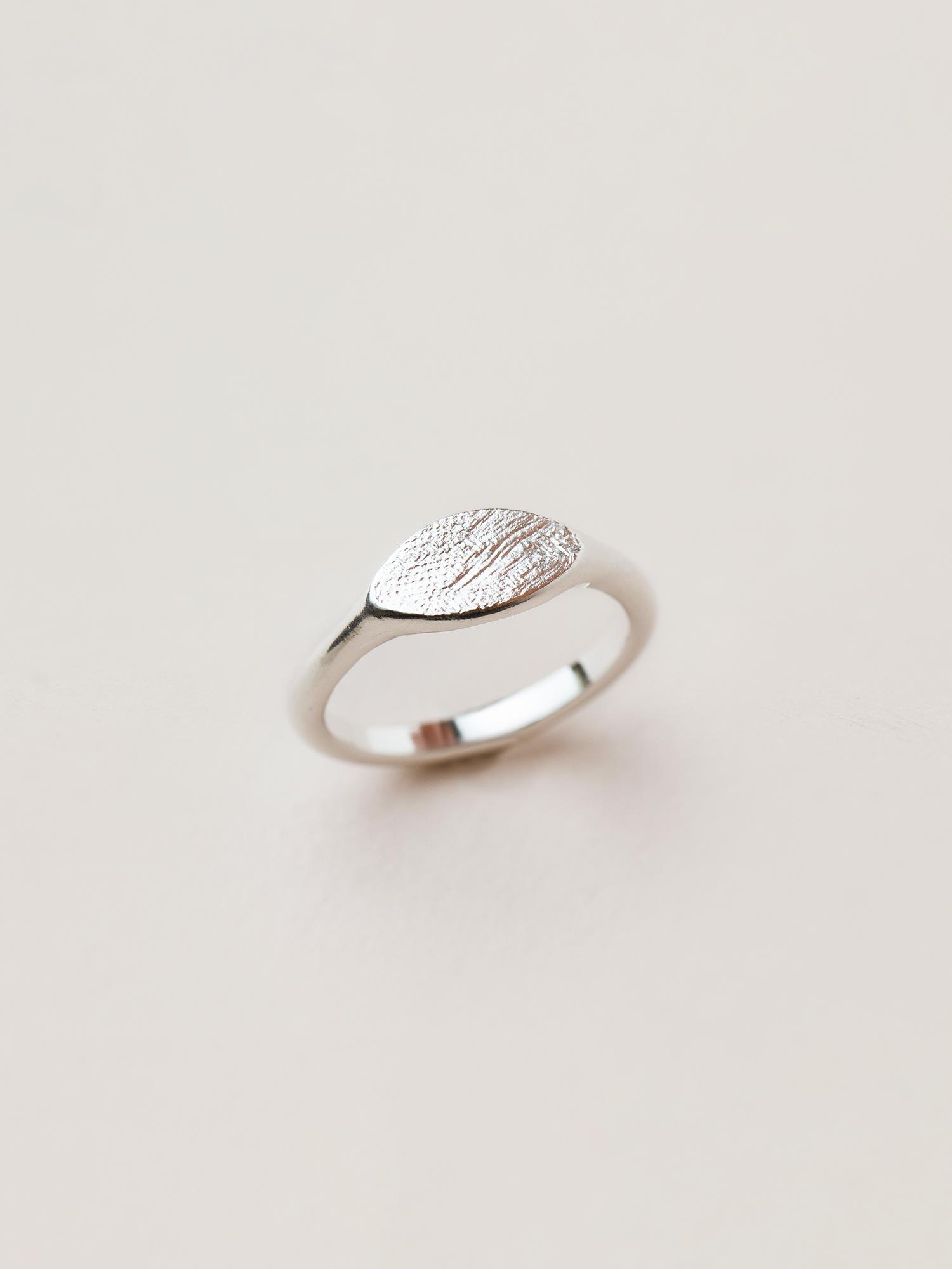 Christina-Pauls-Siegelring-oval-Struktur-Silber2.jpg