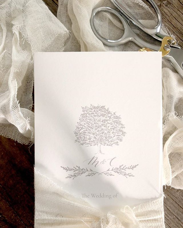 Reminiscing about these wedding day programs and their custom tree monogram 😍.