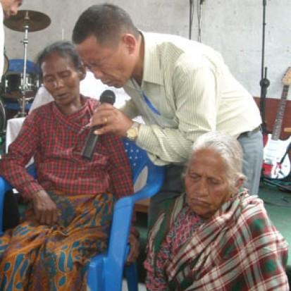 Pastor-Dinesh-praying_413_413_90.jpg