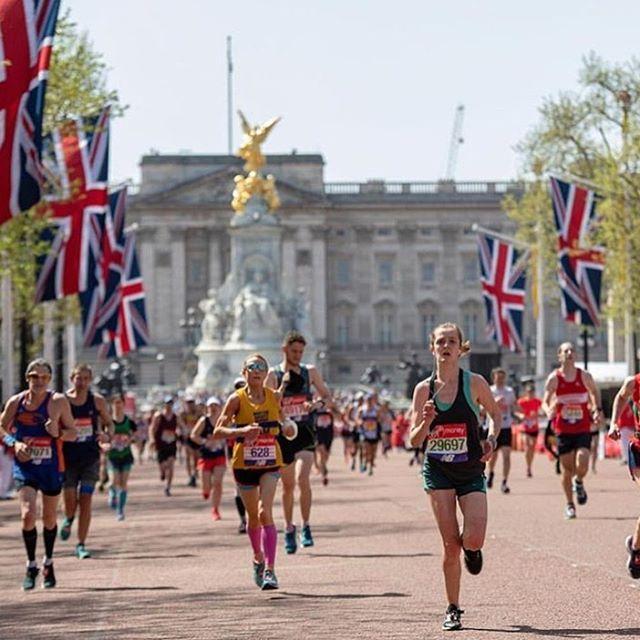 Londra maratonu'na katilanlar yorgun ama mutlu 🇬🇧👏| 📷@prettylittlelondon ---------------------------------------------------- #londonmarathon #londonmarathon2019 #londontoday #londonlive #londondiairies #running #londonrunning #runlondon #lifeinlondon #londonbyjada #londonlife #bestoflondon
