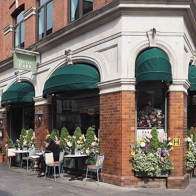 Universite ogrencilerini yeni evlerine yerlestirdigimiz bugunlerde Marylebone bolgesi en fazla vakit gecirdigimiz yerlerden biri, @theivymarylebone de kahve molasi icin en sevdigimiz mekanlardan 👌 | 📷 @the_social_kitchen -------------------------------------------- ☀️☕️#lovelondon #marylebone #londonlife #lifeinlondon #londondiairies #mylondon #londonbylondoners #londonist #london_enthusiast #bestoflondon #ivymarylebone #relocation #londonflat #studentlife #londonproperty #rentalproperty