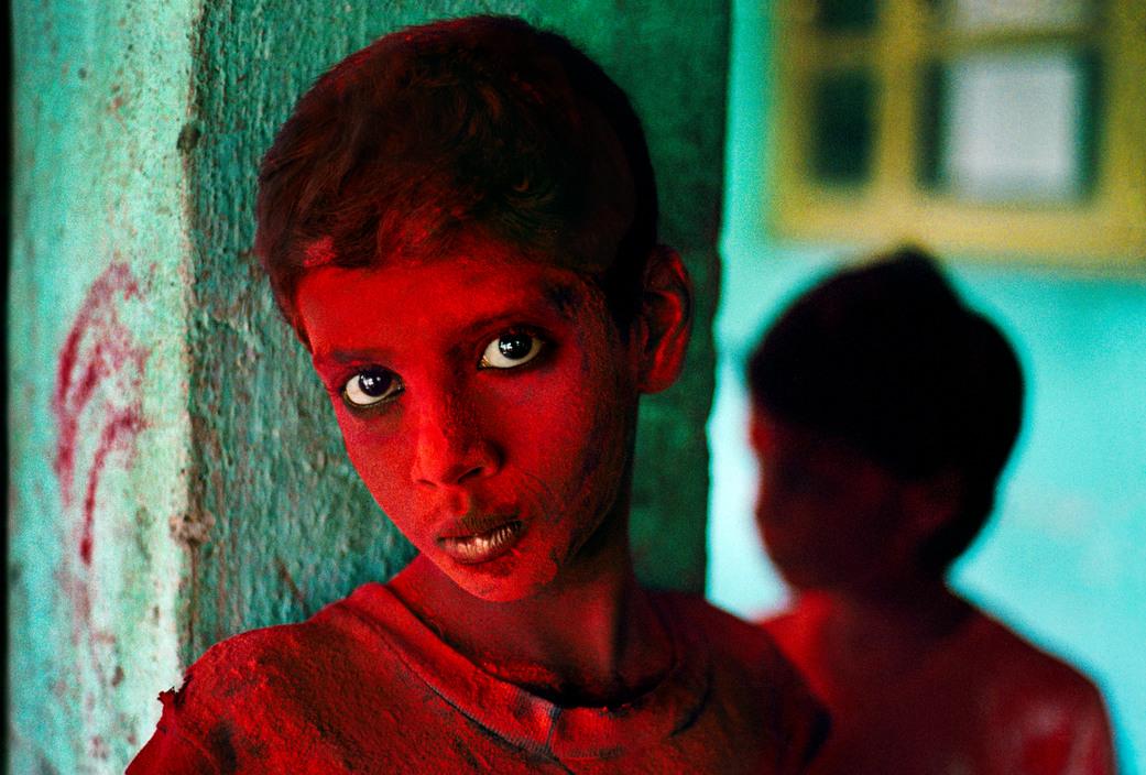 Steve McCurry, INDIA. Mumbai (Bombay). 1996. Red Boy during Holi festival.
