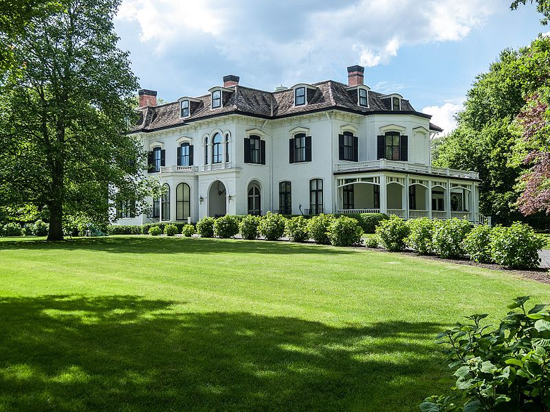 Chepstow_mansion_in_Newport,_Rhode_Island.jpg