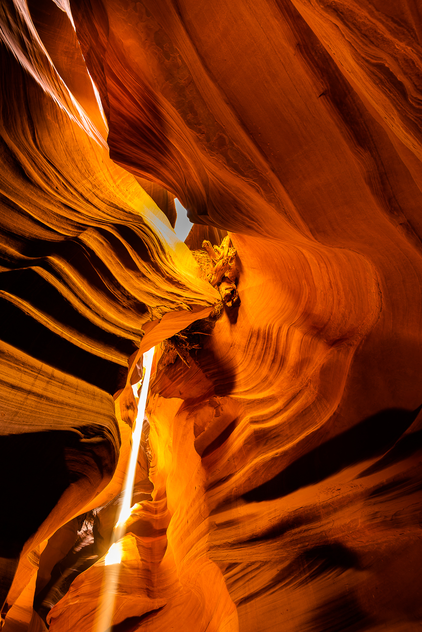 SUNBEAM CREATES MAGIC LIGHT IN ANTELOPE CANYON (2018)