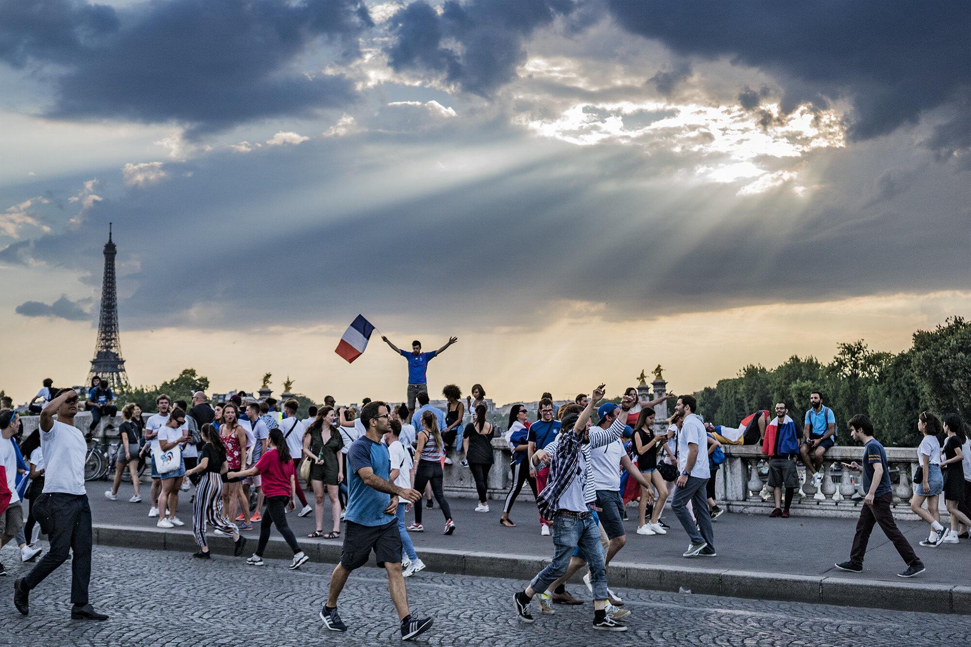 Paris_Street_2018_Flag_Waving_On_Bridge-005crp.jpg