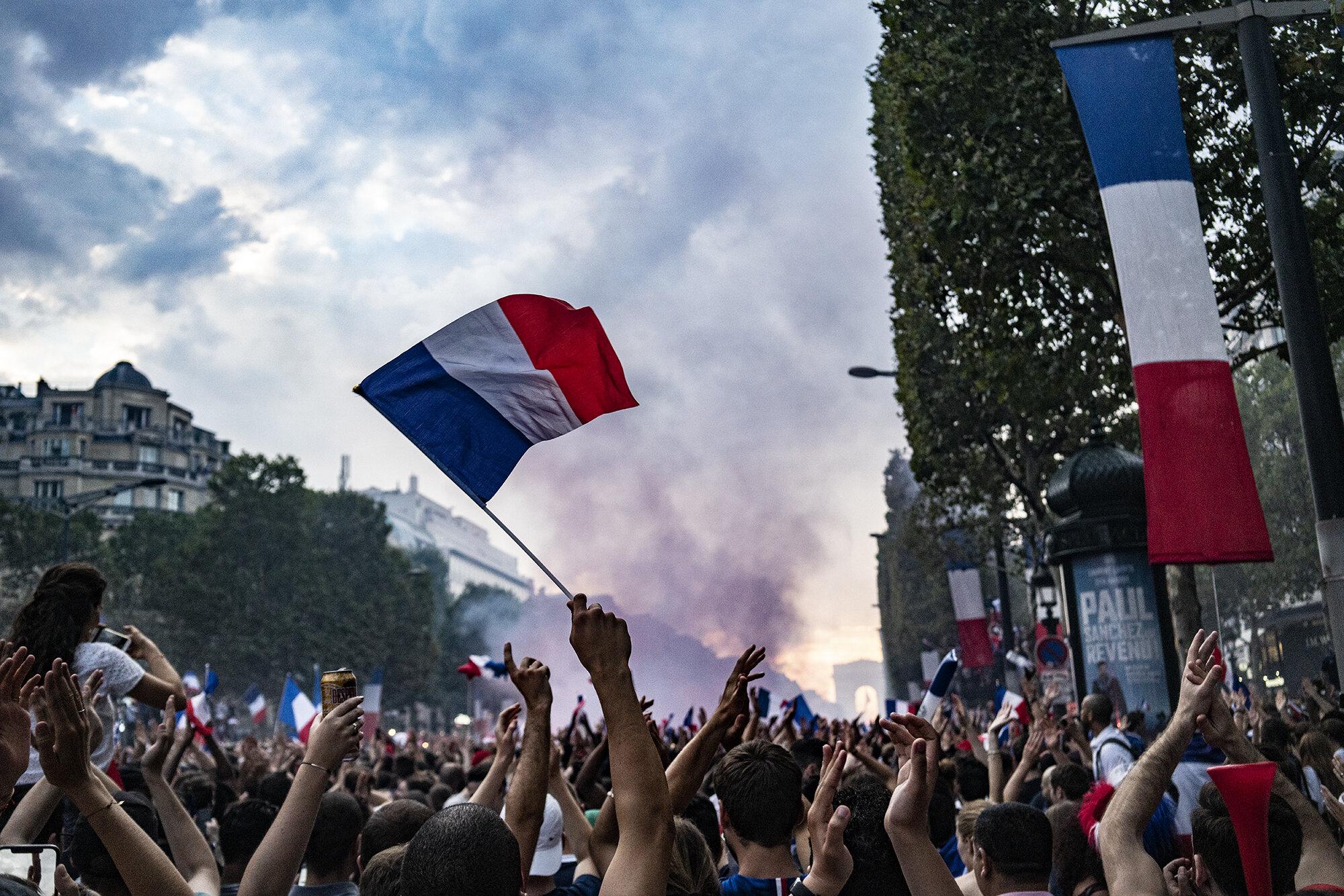 Paris_Street_2018_Single_Flag_Waving_in_Crowd-010.jpg