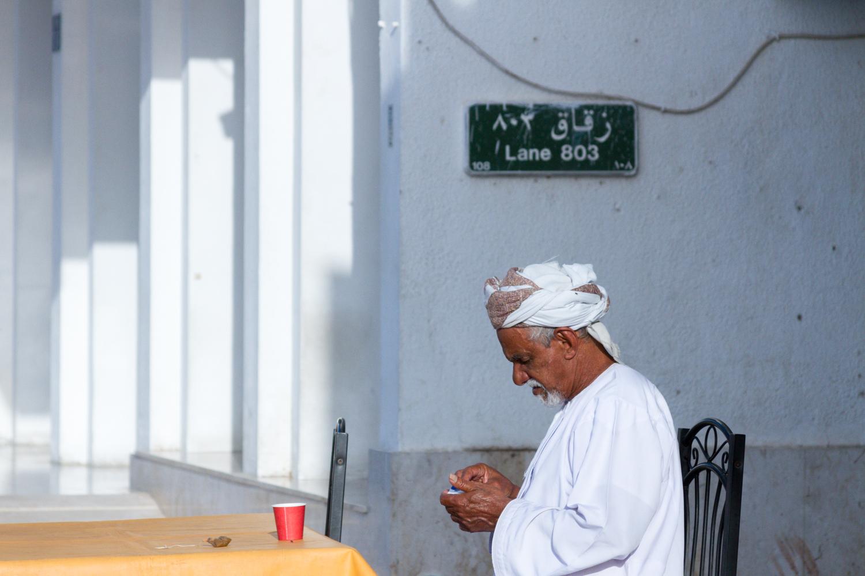 Christian-Schaffer-Oman-Muscat-Muttrah-Souq-Thobe.jpg
