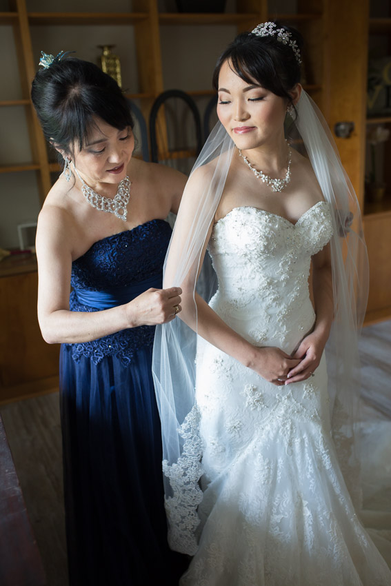 mother-helping-bride-with-veil.jpg
